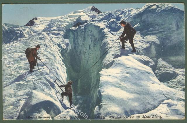 ALPINISMO.Chamonix. Passaggio di un crepaccio sul Monte Bianco.