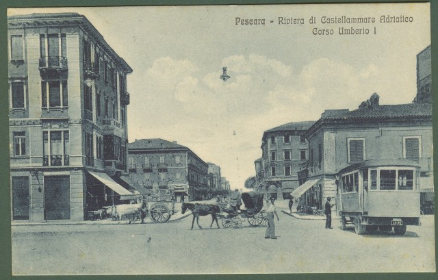 (Abruzzo) PESCARA. Riviera di Castellammare Adriatico. Corso Umberto I. Splendida cartolina d'epoca animata da persone, carri e tram. Viaggiata nel 1930.